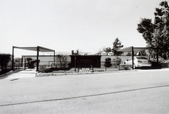 Porst SP Craig Ellwood - Smith House 2 (▓▓▒▒░░) Tags: arista edu foma fomapan bw black white monochrome wide angle vivitar lens porst slr germany photoquelle cosina csm architecture modern modernist house case study craig ellwood glass box cliff canyon analog vintgae retro classic antique film camera mechanical design style art