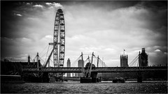 London . (:: Blende 22 ::) Tags: londoneye black white bw blackwhite monochrome schwarz weis einfarbig urban windows greatbritain grosbritannien london city capitol buckinghampalace gate golden evening canoneos5dmarkiv riverthames skyline water bluesky canonef70200mmf4lisiiusm niksilverefexpro2