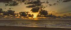 Cielos dorados (Fotgrafo-robby25) Tags: alicante amanecer costablanca gente marmediterráneo nubes playadelashiguericas sonyilce7rm3