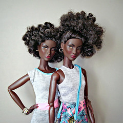 Annik twins (Deejay Bafaroy) Tags: fashion royalty fr integrity toys black doll puppe barbie annik nuface portrait porträt pink rosa quietstorm bag tasche dress kleid turquoise türkis twins zwillinge