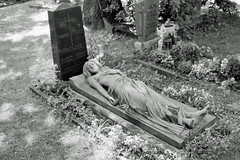 Berlin Grab Engel 19.6.2019 (rieblinga) Tags: berlin grab deckel engel liegend 1962019 analog r9 agfa apx 100 adox rodinal 150 sw
