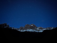 blue hour & night (paddy_bb) Tags: olympusomd paddybb mft microfourthirds wwwpatblogde 2019 outdoors travel italien italy italia dolomites stars langzeitbelichtung mountains alps nightsky dolomiten sterne alpen landscape stacking alpine rosengartenmassiv