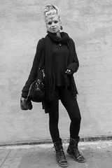 Tuka, una brasilera plena d'empatia i humanitat, al carrer d'Entença, Barcelona. (heraldeixample) Tags: heraldeixample bcn barcelona spain espanya españa spanien catalunya catalonia cataluña catalogne catalogna sandra dona woman mujer frau femme fenyw bean donna mulher femeie 女人 kadın женщина หญิง boireannach kobieta 铁 noia girl chica fille menina mädchen merch cailín ragazza pige девушка fată 女の子 jente 女孩 κορίτσι tuka brasilera brasileña brasil guerrilla ngc albertdelahoz