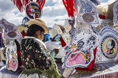Antes de salir a escena (Gaby Fil Φ) Tags: perú yunguyo puertotapoje surdelperú lagotiticacaperú rutaaymara surdeltiticaca titicaca sudamérica latinoamérica sudamerica fiestaspopulares celebraciones costumbres tradiciones trajestípicos etnias