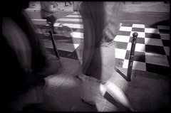 Avance la dame, épargne le fou (Gauthier V.) Tags: toycamera wideangle street urbain filmphotography blackwhite flou bruxelles régiondebruxellescapitale belgium vivitarultrawideslim