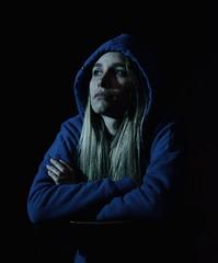 Jennifer (loanatilio) Tags: mujer niña persona dama azul color oscuro mirada profundo celeste ojosclaros ojos pensar rubia buzo fotografía photography retrato