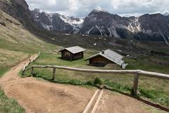 Les cabanes (Gisou68Fr) Tags: seceda valgardena dolomites fence clôture italie italy chalets cabanes montagnes mountains
