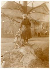 . (Kaïopai°) Tags: vintage villa gutshaus haus building gebäude house garten frau femme woman girl mädchen sturmschaden baumstumpf hunf dog tree