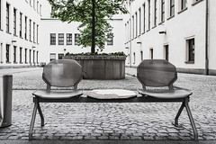 Take a seat (Art de Lux) Tags: berlin deutschland germany federalforeignoffice auswärtigesamt innenhof courtyard sitz seat mülleimer trashcan tree grün green architektur architecture artdelux baum