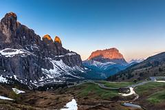 der Tag erwacht am Grödner Joch (jürgenmilnik) Tags: italien italia dolomiten dolomiti grödnerjoch langkofel landschaft landscape natur nikon d7200