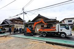 ZAXIS 3OU (m-louis) Tags: 6713mm j5 nikon1 house japan kaizuka osaka people road street truck worker 大阪 日本 貝塚 道路工事