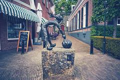 Sjalotje (Jos Mecklenfeld) Tags: sonya6000 sonyilce6000 sonyepz1650mm selp1650 town stadt stad twente niederlande nederland ootmarsum overijssel netherlands sjalotje statue beeld art kunst
