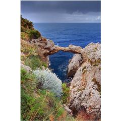 Kissing arch (Robyn Hooz) Tags: bagheria arcoazzurro arco azzurro sicilia palermo mare cielo sky sigh romance roccia rock arch nuvole clouds