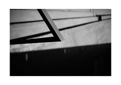 57 [titre sharp edge] (Armin Fuchs) Tags: arminfuchs lavillelaplusdangereuse würzburg anonymousvisitor thomaslistl wolfiwolf jazzinbaggies light shadow diagonal challenge 35mm