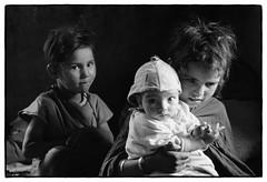 82207_16 High Atlas, Morocco, 1982 (Wolfgang_Kraus) Tags: morocco maroc marokko highatlas hautatlas berbers imazighen people family baby pentax mx smcpentaxm50mmf14 analog film ilford id11 hp5 monochrome dslrscanning k1 schneiderkreuznach adapted xenon zirconia 11 linescan industriallens piplkan