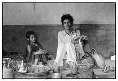 82207_26  A proud father, High Atlas, Morocco, 1982 (Wolfgang_Kraus) Tags: morocco maroc marokko highatlas hautatlas berbers imazighen people family baby pentax mx smcpentaxm50mmf14 analog film ilford id11 hp5 monochrome dslrscanning k1 schneiderkreuznach adapted xenon zirconia 11 linescan industriallens piplkan