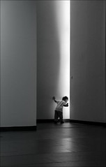 F_MG_2063-BW-Canon 6D2-Tamron 28-300mm-May Lee 廖藹淳 (May-margy) Tags: maymargy bw 黑白 人像 逆光 背影 剪影 牆壁 燈光 街拍 線條造型與光影 天馬行空鏡頭的異想世界 心象意象與影像 台灣攝影師 台中市 台灣 中華民國 幾何構圖 點人 fmg2063bw portrait atoddler 小孩 streetviewphotography linesformsandlightandshadow mylensandmyimagination naturalcoincidencethrumylens humaningeometry humanelement silhouette viewfromback taiwanphotographer taichungcity taiwan repofchina canon6d2 tamron28300mm maylee廖藹淳