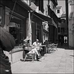 Venice (Koprek) Tags: rolleiflex28f ilfordhp5 film 6x6 120 venice italy street streetphotography stphotographia may 2019