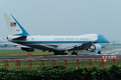 VC-25    Boeing 747-2G4B (butanochokinbako) Tags: airforceone vc25 boeing7472g4b itm osaka itami osakaairport fujifilm xt3 xf100400mmf4556 伊丹空港 猪名川土手