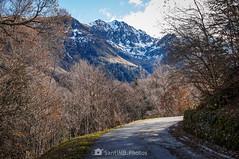 Detrás de la curva (SantiMB.Photos) Tags: 2blog 2tumblr 2ig artigadelin esbòrdes valldaran valdaran otoño autumn montañas mountains pirineos pyrenees lleida carretera road geo:lat=4268060300 geo:lon=070525900 geotagged bordeses cataluna españa