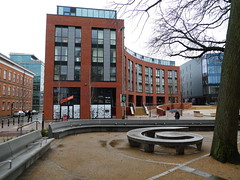 Platte krul (Merodema) Tags: gebouw building stad city bænk penkki bank banc bench bekkur banco bankje parkbench fff sitte modern kaal leeg