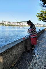 hoje é domingo (lucia yunes) Tags: pescaria pesca pescador domingo praiadaurca descanso praia mar riodejaneiro beach beauty seascape sea fishing fisherman luciayunes mobilephotography mobilephoto motoz3play sunday