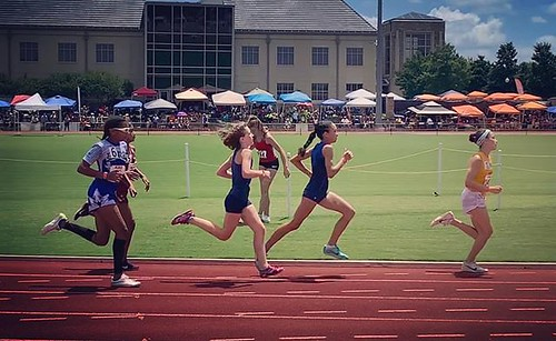 Delaney running the 800m today at AAU Regionals in Tulsa... She's qualified in either the 3000m or 1500m in each of the past three years. And thus, her internal expectations. Shortypants has never qualified in the 800m. She didn't even compete in that rac