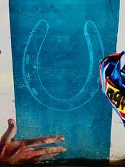 La CIUDAD cuenta lo que sus muros hablan - The CITY tells what its walls speak. (goma741) Tags: parque people círculo edificio travel líneas rótulo animado dibujo boceto carretera streetart paisaje geometría mosaico ilustración personas acera pintura retrato gente muro wall calle street urbano urban color colors arte art graffiti grafiti mundo world viajero external exterior andén arcén libre free escritura callejón árbol arquitectura ventana iphone chicago usa