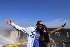 Vươn tay bắt lấy cầu vồng tại thác Iguazu ở Brazil và Argentina (quynhchi19102016) Tags: ve may bay gia re di argentina
