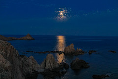 Reflections of the moon in the reef.....,Reflejos de la luna en el arrecife..... (Joerg Kaftan) Tags: arrecife agua reflejos olas cielo silueta nubess reef water moon rocks reflections waves sky silhouette clouds luna rocas