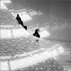 going up (Francisco (PortoPortugal)) Tags: 1222019 20160917fpbo3853 monochrome monocromático pretoebranco blackandwhite bw nb pb pessoas people quadrada square interiores indoors