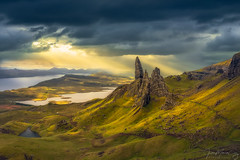 Stormy morning at The Old Man of Storr - Isle of Skye (Trotternish, Scotland) (Juan María Coy) Tags: spring primavera theoldmanofstorr isleofskye trotternish scotland storm tormenta storr portree highlands highland sunrise amanecer landscape paisaje mountains montañas turismo tourist tourism canon5dmarkiv canon canonef2470mmf4lisusm aire libre ladera montaña mountain colina hierba campo cielo sky nubes clouds salidadesol