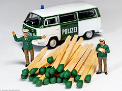 Crazy Tuesday - Green / Grün (J.Weyerhäuser) Tags: 187 craystuesday figuren green h0 polizei streichhölzer tinypeople grün