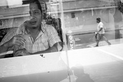 Caos de reflejos (Marcos Núñez Núñez) Tags: street streetphotography streetphotographer blackandwhite reflejo canoneos80d blancoynegro reflection caos desorden bw mx oaxaca tuxtepec urban fotografíacallejera