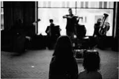 Little entertaining (Elios.k) Tags: horizontal outdoors people band music musicians busking jazz street streetmusician spectators girls two watching tunnel passage underpassage rijksmuseum streetphotography dof depthoffield focusonforeground backgroundblur bokeh tourism window contrast silhouette blackandwhite bw mono monochrome travel travelling may 2018 canon camera photography amsterdam museumplein netherlands nederland europe film analoguephotography scannedfilm kodaktrix400 analogfilm grain canona1 a1 analogcamera
