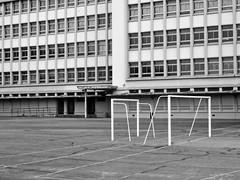 Ruggelings (Merodema) Tags: plein stad city modern doelen goal building gebouw leeg kaal empty