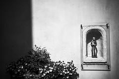 Ootmarsum (Jos Mecklenfeld) Tags: sonya6000 sonyilce6000 sonyepz1650mm selp1650 town stadt stad twente niederlande nederland ootmarsum overijssel netherlands monochrome bw statue beeld