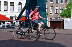 Lente 2011 - Leiden (FaceMePLS) Tags: leiden nederland thenetherlands facemepls nikond300 straatfotografie streetphotography tweewieler fiets bike bicycle fietser lekkeband flattube zonnebril visors sunglasses rugzak slippers shorts