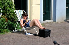 Lente 2011 - Leiden (FaceMePLS) Tags: leiden nederland thenetherlands facemepls nikond300 straatfotografie streetphotography meisje girl strandstoel shorts zonnebril sunglasses barefoot marker markeerstift