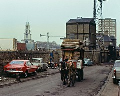 Three Colt Street, Poplar, (London). 1975 (Txemari - Argazki.) Tags: three colt street poplar london uk 1975 1970s 70s seventies urban streetphotography poor people horse cart