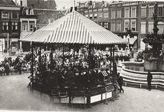 Grote Markt met muziektent en publiek, rechts Wilhelminafontein (Barry van Baalen) Tags: gorinchem gorcum gorkum markt muziektent publiek orkest wilhelminafontein fontein
