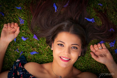 flowers (Pomediouda) Tags: flores flowers flash retrato portrait nikon almeria nikonistas dia sol luz cesped campo sonrisa girl mujer niña pelo color morado rojo red bromw light lightroom ojos eyes españa