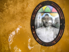 Old Photograph of a Man with Architectural Reflection (Campeche, México. Gustavo Thomas © 2018) (Gustavo Thomas) Tags: man old photography wall mexico campeche campechano mexican colours arches ovale travel voyager nikon