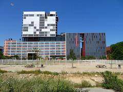 Pauzehoekje (Merodema) Tags: gebouwen buildings modern stad city life kaal leeg brrr