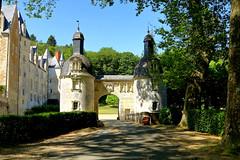 le Portail d'entrée du château de Courtanvaux (Frantce) Tags: château porte portail sarthe renaissance france arbres castel courtanvaux