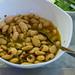 Eingelegte weiße Kidney-Bohnen mit Löffel in Schale als Teil eines Salat-Buffets
