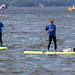 Wassersportler auf Paddleboards auf dem belebten Vesijärvi-See in Päijät-Häme bei Lahti, Finnland