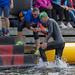Teammitglieder des Ironman 70.3. in Lahti helfen einem Schwimmer nach dem Wettbewerb aus dem Wasser