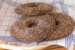 Drei knusprig gebackene Ringe Hapanleipä, finnisches Roggenbrot aus Vollkornmehl