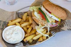 """Vegetarischer Gemüseburger im """"Bus Burger"""" Restaurant in Lahti, mit Ziegenkäse, getrockneten Tomaten, Dip, Salat, Senf, Mayo, Gurken & Pommes"""